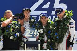 Podium: race winners Timo Bernhard, Earl Bamber, Brendon Hartley, Porsche Team, Fritz Enzinger, Head of Porsche LMP1