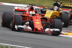 Sebastian Vettel, Ferrari SF70H, devant Nico Hulkenberg, Renault Sport F1 Team RS17