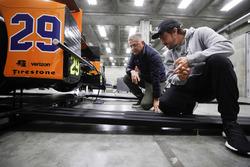 Fernando Alonso, Andretti Autosport Honda, vérifie la voiture avec Gil de Ferran