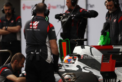 Romain Grosjean, Haas F1 Team, surrounded by team members in the pit lane
