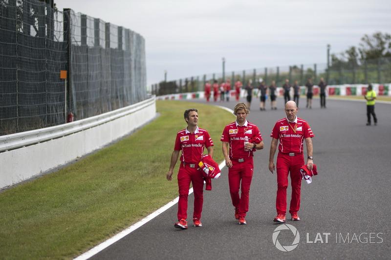 Гоночний стратег Ferrari Інакі Руеда, тренер Себастьяна Феттеля Антті Контсас, головний інженер Ferrari Chief Джок Кліа