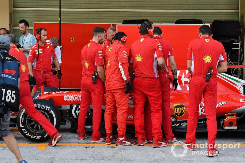 Charles Leclerc, Ferrari SF71H con i meccanici Ferrari