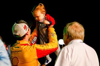 NASCAR Cup-Champion 2018: Joey Logano, Team Penske, Ford Fusion, mit Sohn Hudson