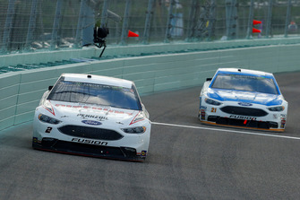 Brad Keselowski, Team Penske, Ford Fusion Discount Tire e Paul Menard, Wood Brothers Racing, Ford Fusion Quick Lane Tire & Auto Center