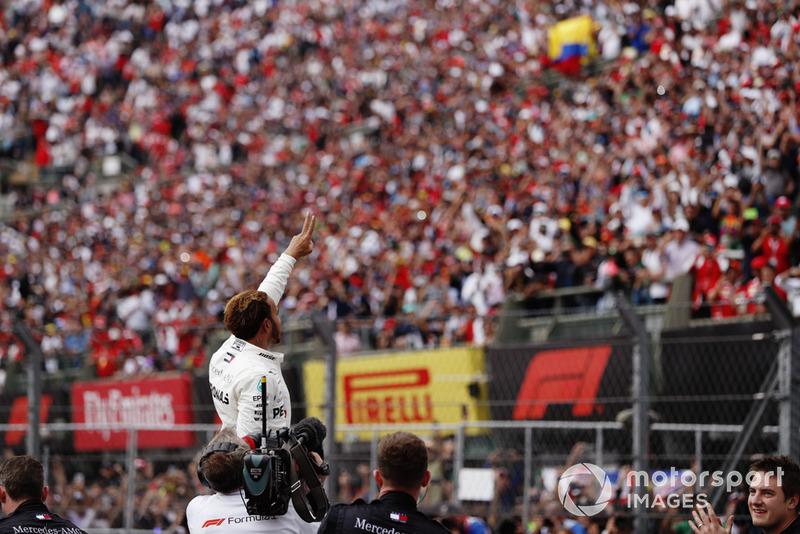 Lewis Hamilton, Mercedes AMG F1, celebra con los fanáticos luego de ganar su quinto Campeonato Mundial
