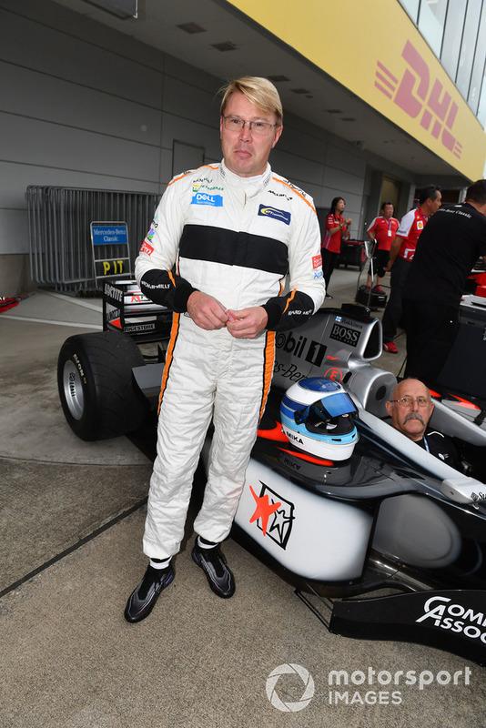 Mika Hakkinen y McLaren MP4-13 en Leyendas F1 30 Aniversario vuelta de Demostración
