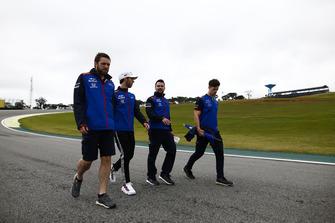 Pierre Gasly, Toro Rosso, ispeziona il circuito con i colleghi
