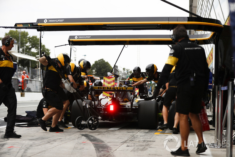 Nico Hulkenberg, Renault Sport F1 Team RS 18, in the pits during practice