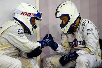 Due membri del team Williams passano il tempo in pit lane