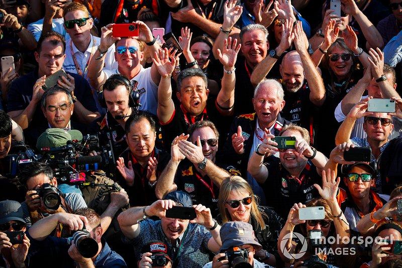 Christian Horner, Team Principal, Red Bull Racing, Helmut Markko, Konsultan, Red Bull Racing, Masashi Yamamoto, Senior Managing Officer, Honda, merayakan podium.