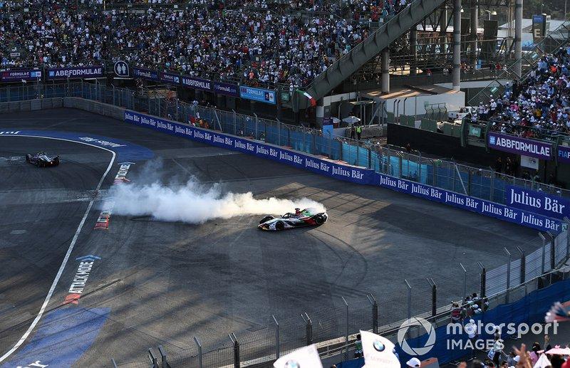 Lucas Di Grassi, Audi Sport ABT Schaeffler, Audi e-tron FE05 haciendo donuts para celebrar la victoria