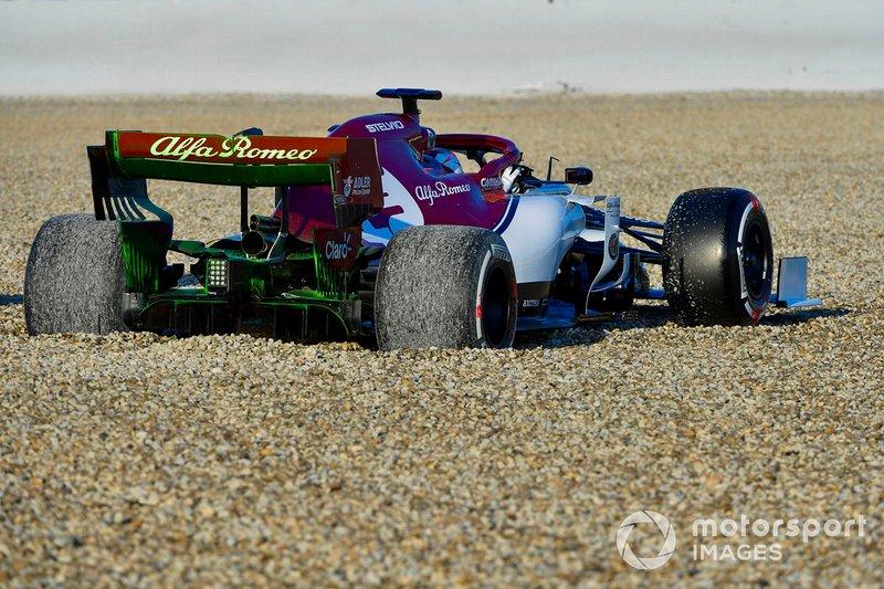 Kimi Raikkonen, Alfa Romeo Racing C38, spins into the gravel