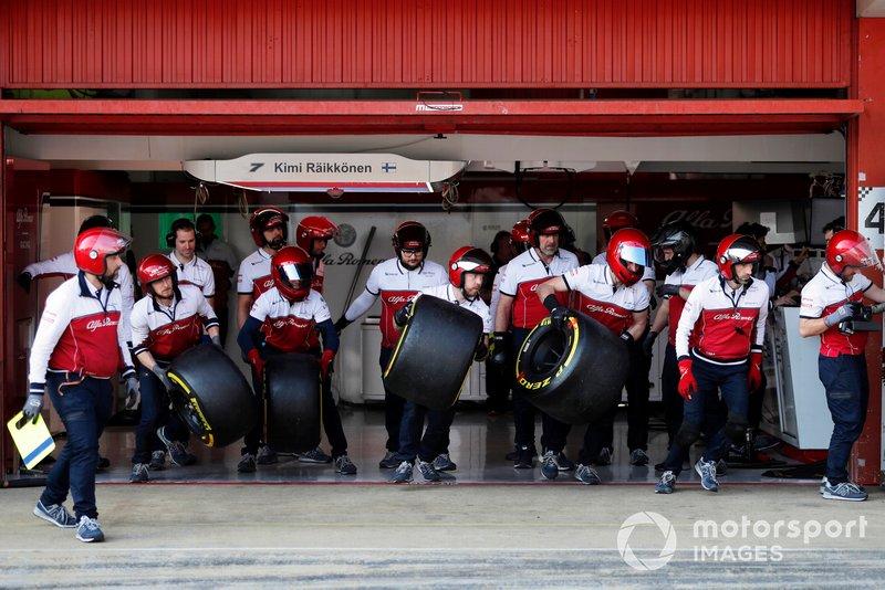 I meccanici Alfa Romeo Racing si preparano per un pit stop