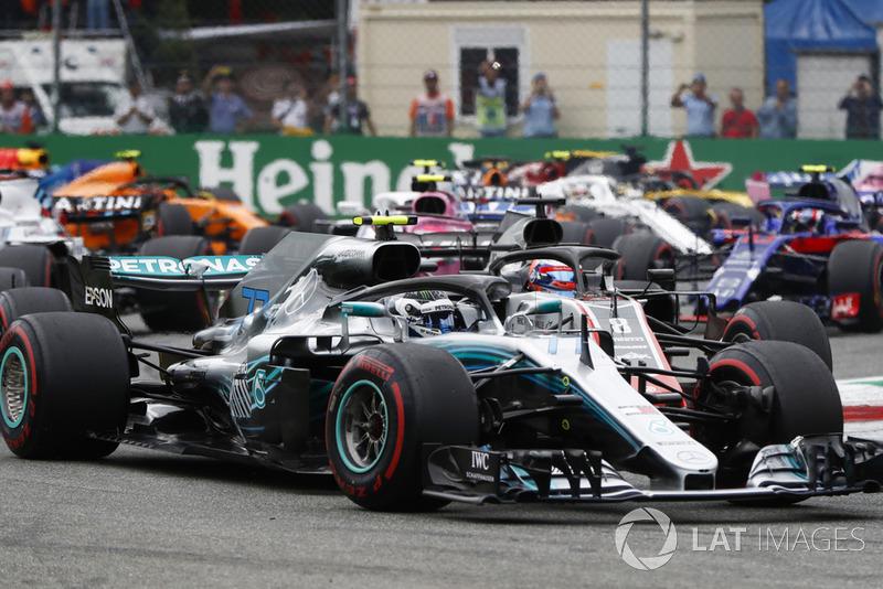 Valtteri Bottas, Mercedes AMG F1 W09, Romain Grosjean, Haas F1 Team VF-18
