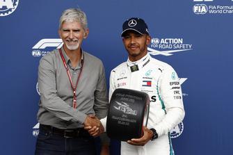 Le poleman Lewis Hamilton, Mercedes AMG F1 remet le trophée de la pole position des mains de Damon Hill