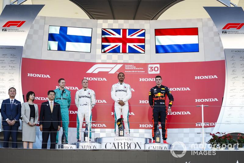 Valtteri Bottas, Mercedes AMG F1, Lewis Hamilton, Mercedes AMG F1, Max Verstappen, Red Bull Racing, berdiri di podium