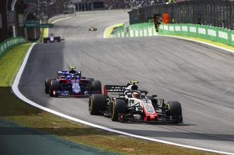 Kevin Magnussen, Haas F1 Team VF-18, leads Pierre Gasly, Scuderia Toro Rosso STR13