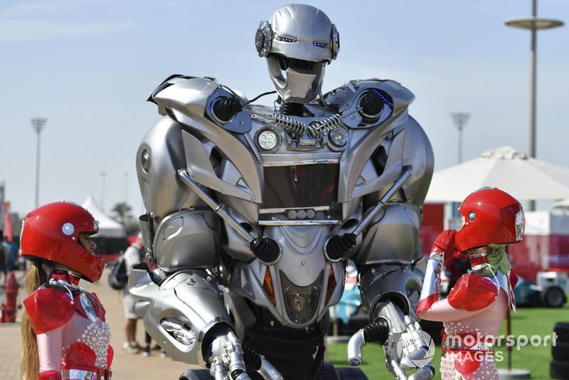Уболівальниці і робот
