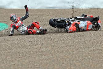 Sturz: Michele Pirro, Ducati Team