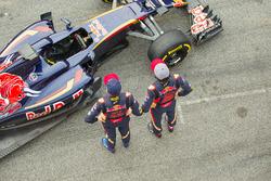 Max Verstappen, Scuderia Toro Rosso en teamgenoot Carlos Sainz Jr., Scuderia Toro Rosso met de Scude