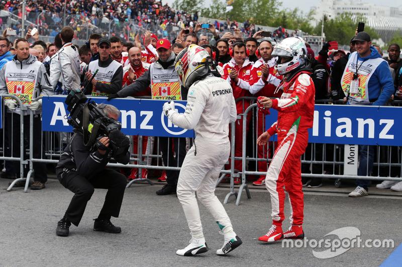 Переможець гонки Льюїс Хемілтон, Mercedes AMG F1 святкує в в закритому парку з Себастьяном Феттелем, Ferrari