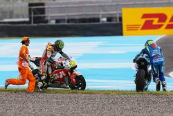 Алейш Еспаргаро, Team Suzuki MotoGP, Кел Кратчлоу, Team LCR Honda crash