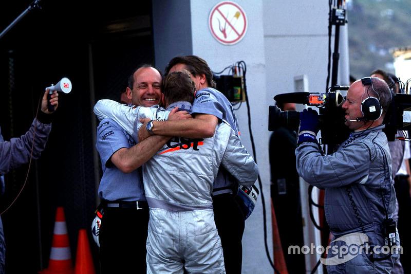 1998: Ron Dennis y Mika Hakkinen celebran el campeonato del equipo
