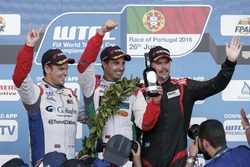 Podium Yokoham trophy: peringkat kedua Tom Chilton, Sテゥbastien Loeb Racing, Citroテォn C-Elysテゥe WTCC;
