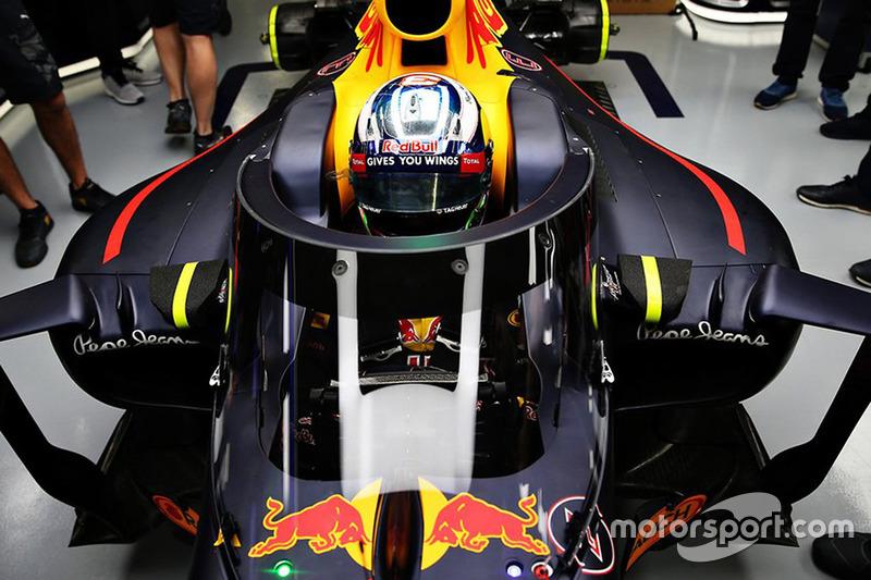 Daniel Ricciardo, Red Bull Racing RB12 met scherm