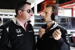 Eric Boullier, a McLaren versenyigazgatója és Mark Temple beszélgetnek