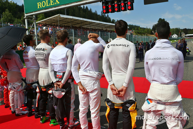 Jolyon Palmer, Renault Sport F1 Team mentre la griglia osserva l'inno nazionale