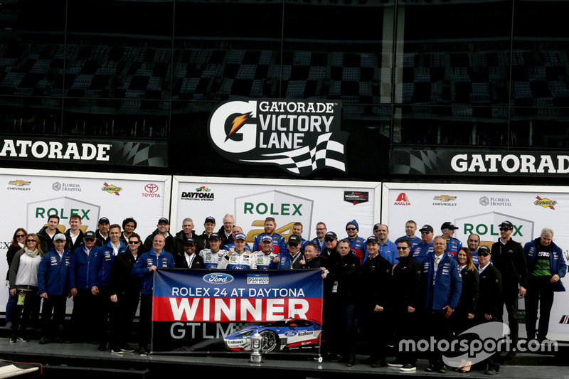 ganador GTLM: #66 Ford Performance Chip Ganassi Racing Ford GT: Joey Hand, Dirk Müller, Sébastien Bourdais con el equipo