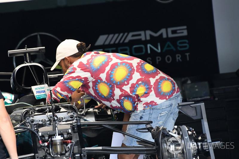 Lewis Hamilton, Mercedes AMG F1 in the garage
