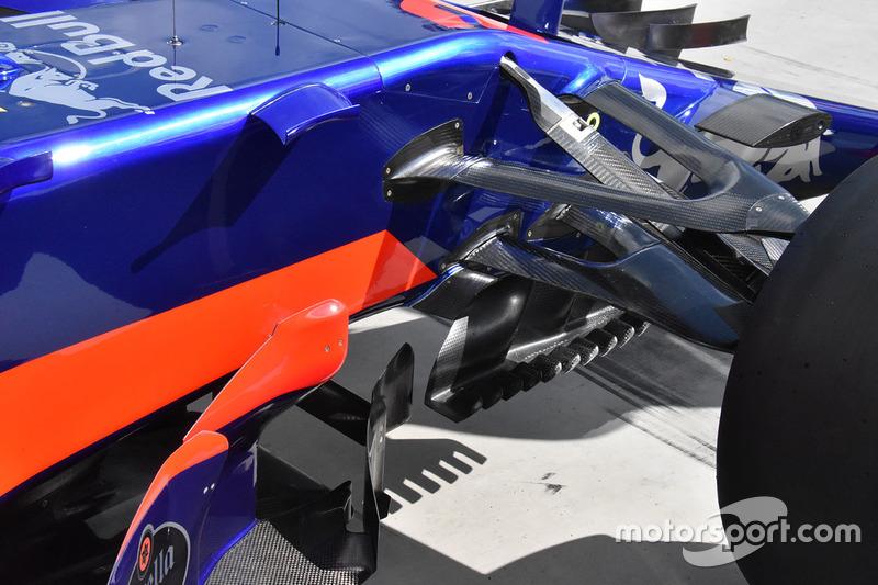 Scuderia Toro Rosso STR12 збоку