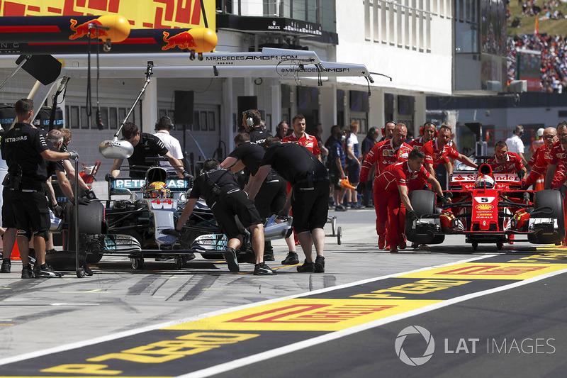 Los coches de Lewis Hamilton, Mercedes AMG F1 y Sebastian Vettel, Ferrari