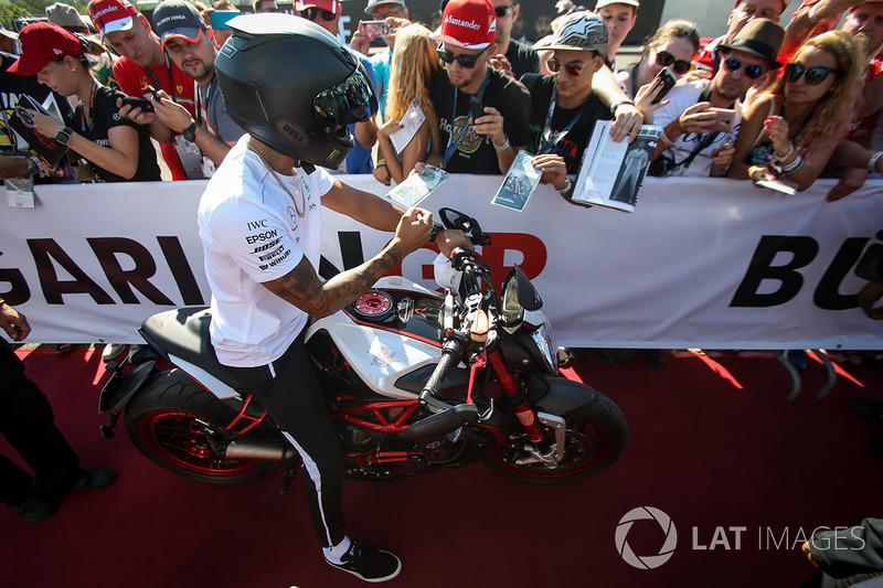 Lewis Hamilton, Mercedes AMG F1 en su MV Agusta Dragster RR LH44 Edición Limitada.