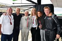 Paul Stoddart, Tony Jardine, journalist Kevin Eason, Rachel Brooks, Sky TV, Natalie Pinkham, Sky TV en Simon Lazenby, Sky TV, F1 Experiences tweezitter