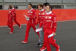 Sebastian Vettel, Ferrari, Riccardo Adami, Ferrari ingeniero de carrera y el equipo caminan por el circuito