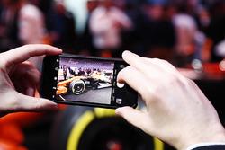 Gli ospiti scattano foto alla McLaren MCL32