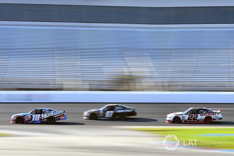 Kyle Busch, Joe Gibbs Racing Toyota y Brad Keselowski, Team Penske Ford