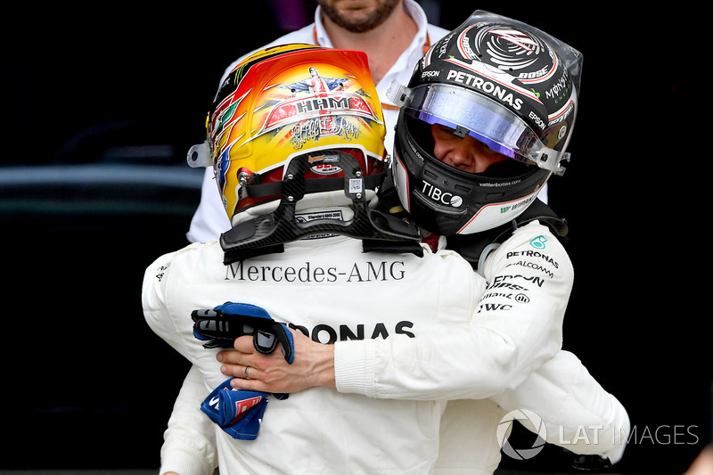 Ganador de la carrera Lewis Hamilton, Mercedes AMG F1 celebra en parc ferme con Valtteri Bottas, Mer