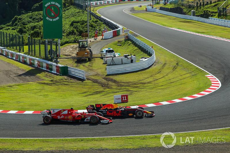 Sebastian Vettel, Ferrari SF70H and Max Verstappen, Red Bull Racing RB13 lottano per la posizione