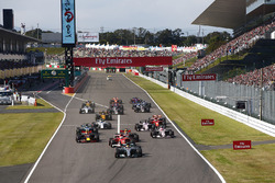 Lewis Hamilton, Mercedes AMG F1 W08, Sebastian Vettel, Ferrari SF70H, Max Verstappen, Red Bull Racing RB13, Daniel Ricciardo, Red Bull Racing RB13, Esteban Ocon, Sahara Force India F1 VJM10 en de rest bij de start