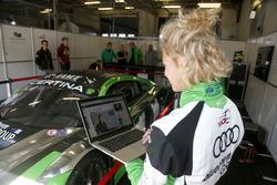 Rahel Frey, Yaco Racing, schaut sich ihre Kolumne auf motorsport.com an