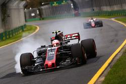 Kevin Magnussen, Haas F1 Team VF-17, bloque une roue
