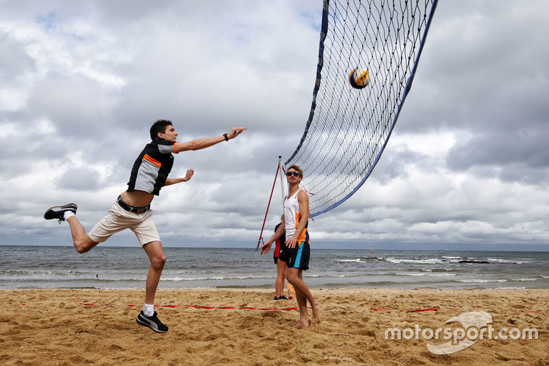Esteban Ocon, Sahara Force India F1 Team, spielt Volleyball am Brighton Beach