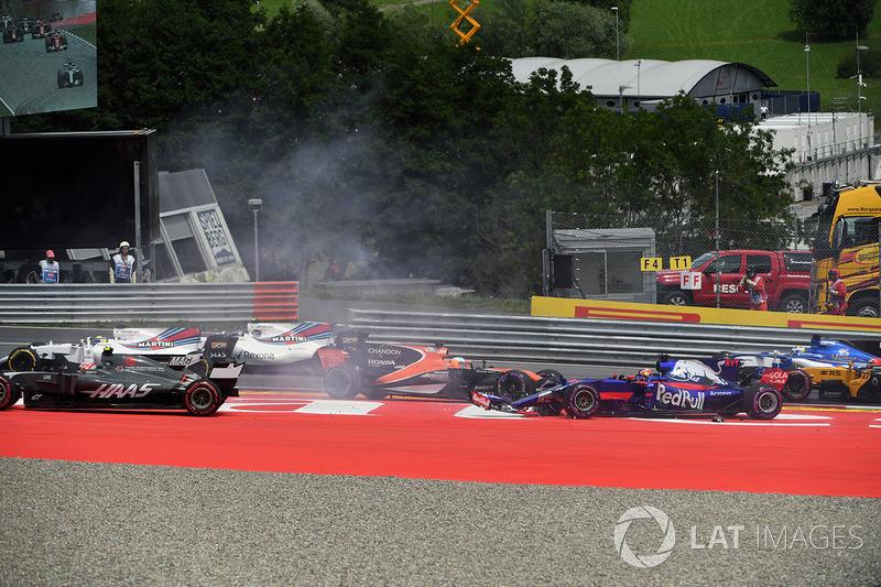 Столкновение: Макс Ферстаппен, Red Bull Racing RB13, Фернандо Алонсо, McLaren MCL32, Даниил Квят, Scuderia Toro Rosso STR12