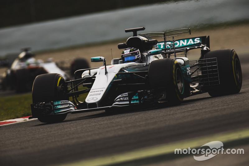 Valtteri Bottas, Mercedes F1 W08, leads Alfonso Celis Jr., Force India VJM10