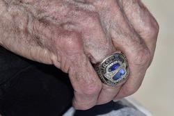 Ring der NASCAR Hall of Fame am Finger von Leonard Wood
