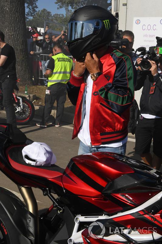Lewis Hamilton, Mercedes AMG F1 llega en su moto